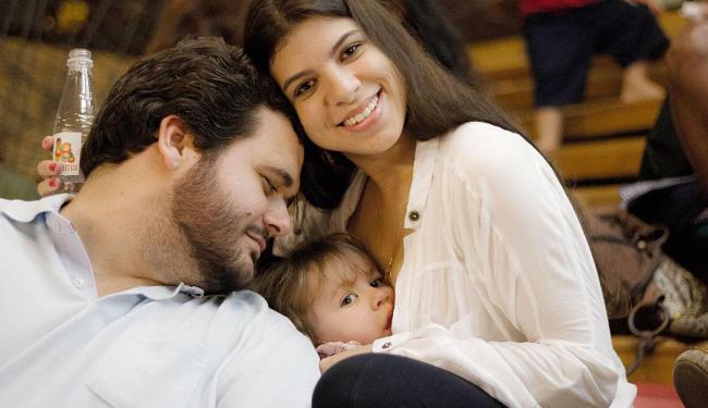 Tarsila e seu marido Ivan com a filha Pietra: foram seis meses visitando escolas - Foto: Carol Lube | Divulgação