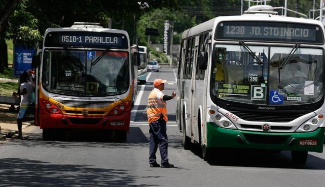 Nesta segunda, 18, ônibus foram flagrados fora da faixa exclusiva na região do Iguatemi - Foto: Marco Aurélio Martins   Ag. A TARDE