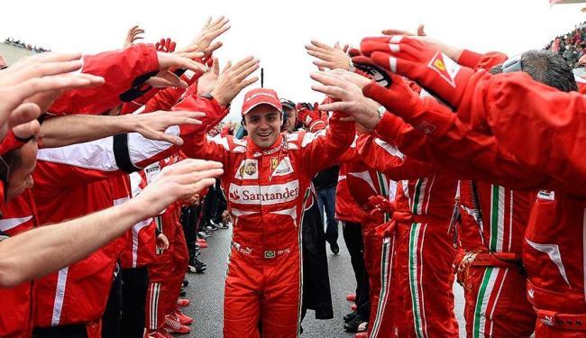 Massa é saudado pela equipe da Ferrari na Itália - Foto: Ercole Colombo | AP Photo