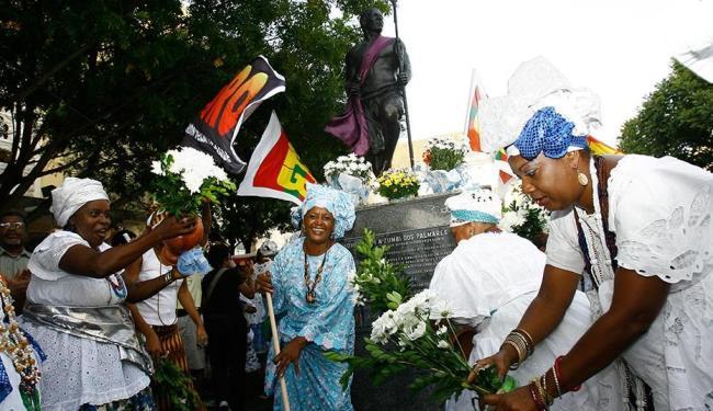 O ato de lavagem da estátua de Zumbi, na praça da Sé, vai reunir muitas baianas de acarajé - Foto: Margarida Neide   Ag. A TARDE   20.12.2012