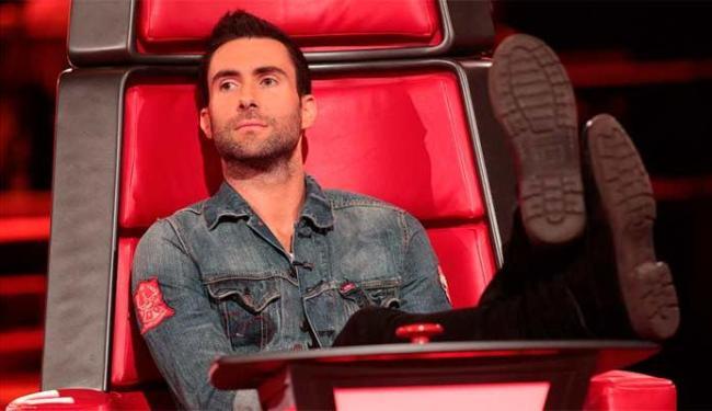 Além de ser vocalista do Maroon 5, Adam é um dos jurados do The Voice americano - Foto: Divulgação