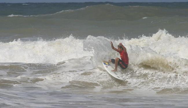 Surfistas deram um show de manobras na Praia de Acapulco - Foto: Margarida Neide | Ag. A Tarde