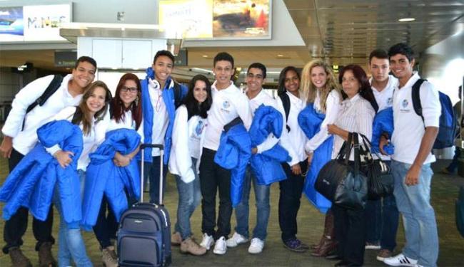 Alunos de Salvador que viajaram para os Estados Unidos, ao lado da coordenadora Karla Andrade - Foto: Reprodução | Facebook