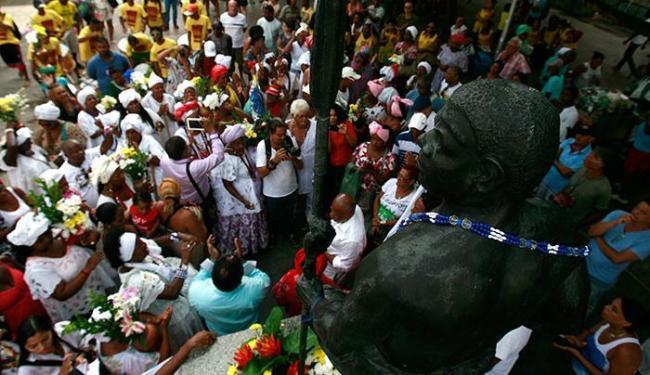 Lavagem da Estátua de Zumbi dos Palmares, na Praça da Sé - Foto: Raul Spinassé | Ag. A TARDE