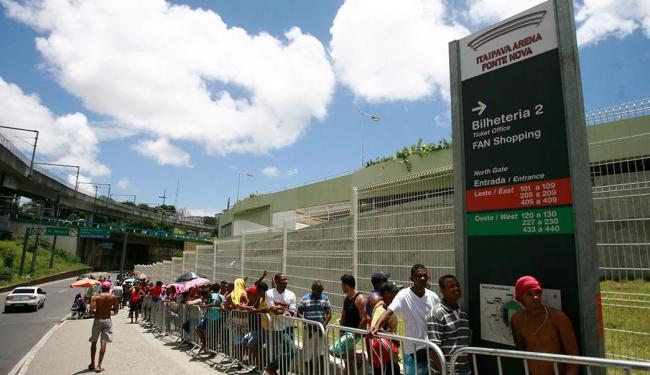 Longas filas foram criadas no primeiro dia do novo sistema para todos os torcedores - Foto: Raul Spinassé | Ag. A TARDE