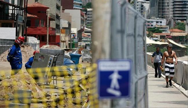 Trechos da orla do bairro da Barra estão interditados para as obras de requalificação - Foto: Raul Spinassé | Ag. A TARDE