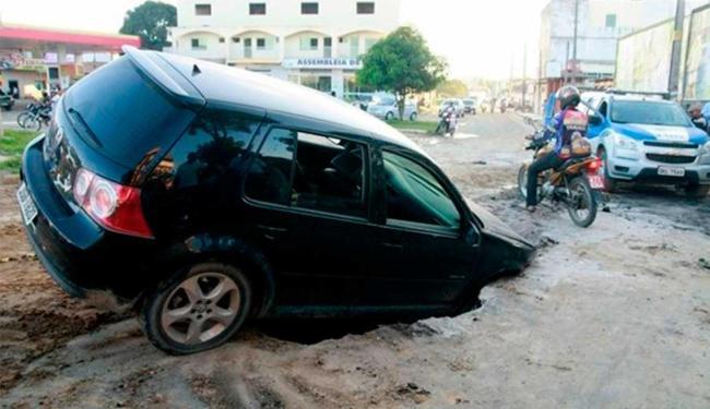 Veículo ficou preso em buraco aberto para obra da Embasa - Foto: Reprodução | Uinderlei Guimarães | Sul Bahia News