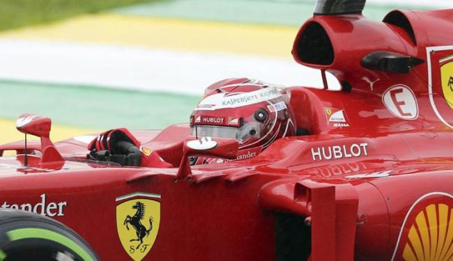 Massa entrou na pista com um capacete todo pintado de vermelho para homenagear a Ferrari - Foto: Paulo Whitaker   Agência Reuters