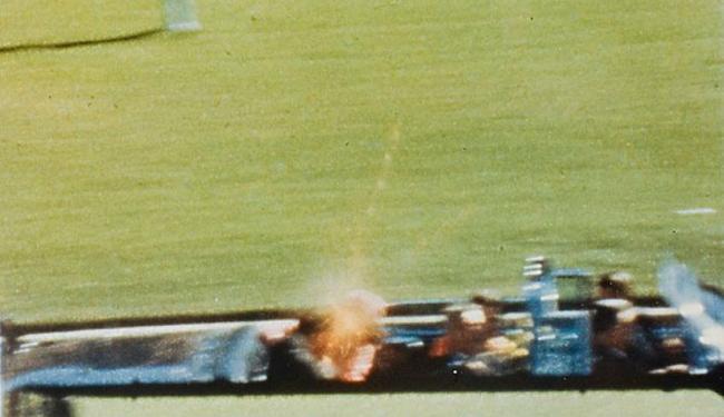 Imagem do filme de Zapruder mostra instante em que a bala atinge Kennedy - Foto: Reprodução