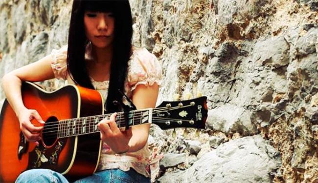 Cantora japonesa aprendeu a tocar violão aos 13 anos e adora música brasileira - Foto: Divulgação