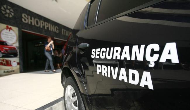 Viatura posta na frente do Itaigara demonstra cuidado - Foto: Raul Spinassé | Ag. A TARDE
