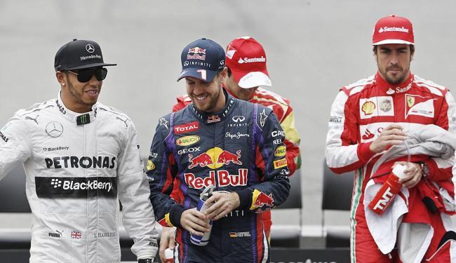Hamilton, Vettel e Alonso passeiam por Interlagos antes do início da corrida - Foto: AP Photo