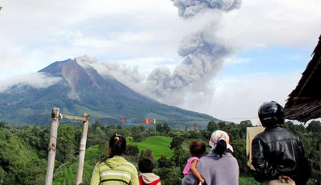 Curiosos observam erupção do vulcão no Monte Sinabung - Foto: AP Photo
