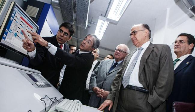 Visitantes veem detalhes do 1º laboratório de dinamômetros de motores instalado ao nível do mar - Foto: Rafael Martins   Sistema Fieb