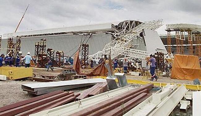 Guindaste caiu e destruiu parte da arquibancada em obras - Foto: Reprodução | Twitter