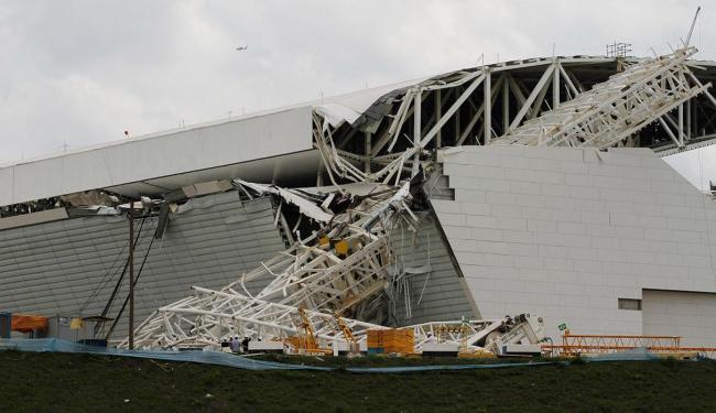 Queda de guindaste provocou acidente no estádio que vai receber a abertura da Copa - Foto: Nacho Doce | Ag. Reuters