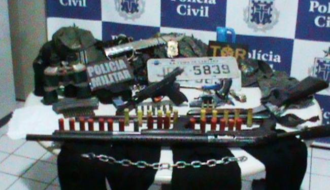 Com suspeitos, polícia encontrou espingardas, pistola ponto 40, revólver 38, carregadores e munições - Foto: Divulgação | Polícia Civil
