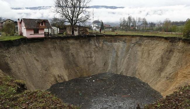 Cratera cresce sem parar há duas semanas e já engoliu lagoa - Foto: Efe