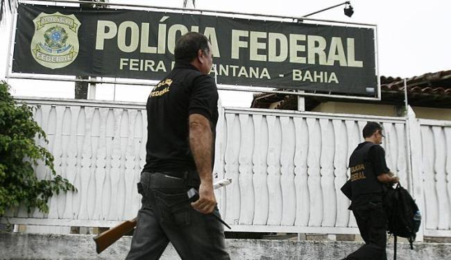 Agentes encontraram um rifle 44 na casa de um comandante da PM - Foto: Luiz Tito | Ag. A TARDE