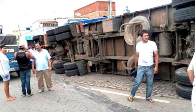 Veículo transportava carga ilegal de cigarros; motorista fugiu - Foto: Willian Silva   Brumado Notícias