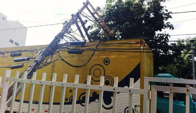 O poste caiu sobre um caminhão-baú na Rua Guadalajara, no Morro do Gato - Foto: Adriana Bandeira | Foto do Leitor