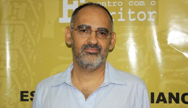 Escritor Mayrant Gallo durante lançamento de um de seus livros - Foto: Divulgação