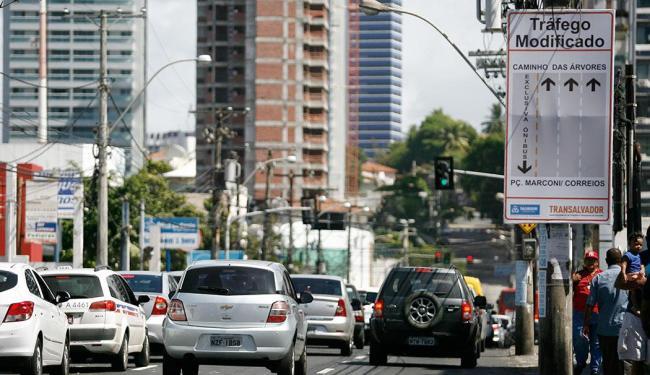 Transalvador enviou 35 agentes para auxiliar os motoristas - Foto: Raul Spinassé | Ag. A TARDE