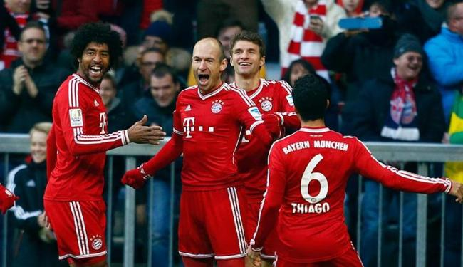 Robben (no centro) comemora um de seus gols ao lado dos brasileiros Dante e Thiago Alcântara - Foto: Michael Dalder | REUTERS