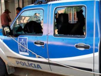 Os carros da Polícia Civil e Militar tiveram as janelas e pneus atingidos por balas durante ação - Foto: Irecê Repórter | Juan Félix