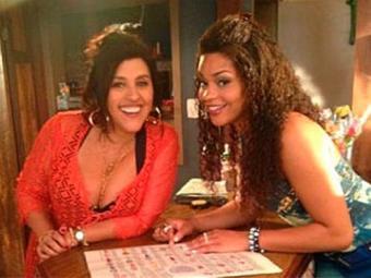 Regina Casé e Juliana Alves na gravação de uma das cenas de Made in China - Foto: Reprodução