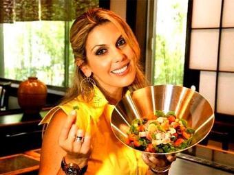 A gaúcha Isa Souza grava o Isa Vida y Sabor na cozinha de seu dúplex em Miami - Foto: Reprodução