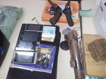 Com os traficantes, foram presos drogas e armamentos - Foto: Divulgação/Polícia Civil