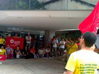 Professores realizaram aula pública na entrada da Assembleia - Foto: Ricardo Belens   Ag. A TARDE