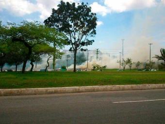 Incêndio atinge terreno na Paralela, sentido aeroporto - Foto: Reprodução   Cezar Salles   Facebook