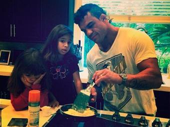 Lutador aparece fazendo café da manhã para as filhas - Foto: Instagram | Reprodução