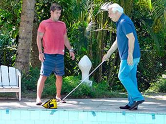 César tropeça em objeto que Ninho coloca na beira da piscina - Foto: Reprodução | TV GLOBO