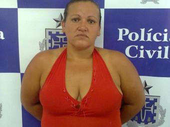 Adriana Barbosa , de 31 anos, foi presa em flagrante, com 23 pedras de crack. - Foto: Divulgação/Polícia Civil