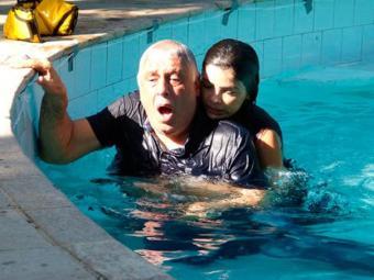 A vilã se joga na piscina para salvar César - Foto: Reprodução | TV GLOBO