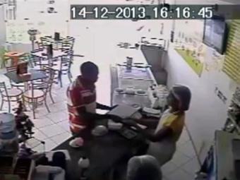 Assaltante dá dois tapas no rosto da atendente - Foto: Reprodução   Youtube