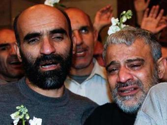 Iranianos libertados por rebeldes sírios ao chegar em um hotel de Damasco - Foto: Agência Reuters