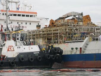 Cerca de 100 litros de resíduos foram despejados no mar - Foto: Marco Aurélio Martins | Ag. A TARDE