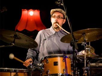 O baterista norte-americano John Hollenbeck está no auge de uma carreira diferenciada - Foto: Reprodução