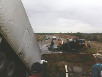 Cabine do caminhão ficou presa na cratera - Foto: Jorge Trindade | Natela Eventos