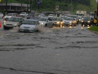 Água chegou a cobrir a roda dos carros no final desta sexta-feira, 20, na Bonocô - Foto: Joá Souza/ Ag. A TARDE