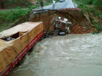 Vítimas estavam em caminhões que caíram em buraco formado na rodovia - Foto: Reprodução | Valdionor Sena | Facebook