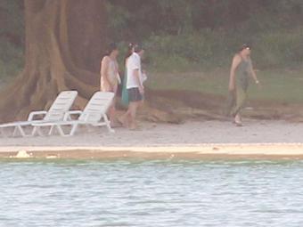 Dilma, de vestido verde, em férias com a família na praia de Inema em 2011 - Foto: Lúcio Távora   Arquivo   Ag. A TARDE
