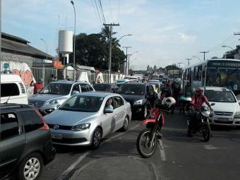 Motoristas enfrentam fila de até 2h30 para embarcar no ferry - Foto: Edilson Lima   Ag. A TARDE