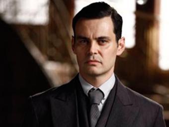 Manfred chantageia Ernest e o obriga a pedir Gertrude em casamento - Foto: Reprodução   TV GLOBO