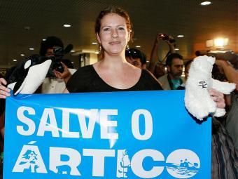 Ana Paula desembarca no Brasil com faixa na mão - Foto: Agência Reuters