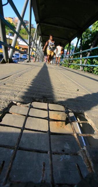 Degradação no piso de equipamento na avenida Bonocô - Foto: Joá Souza | Ag. A TARDE